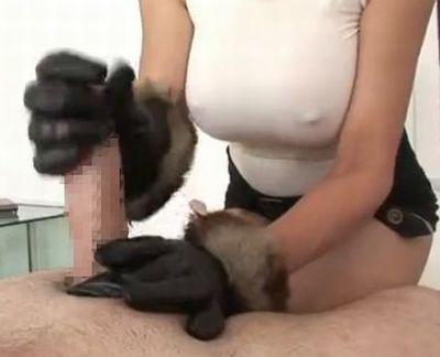 白人MILFがゴム手袋で手コキ
